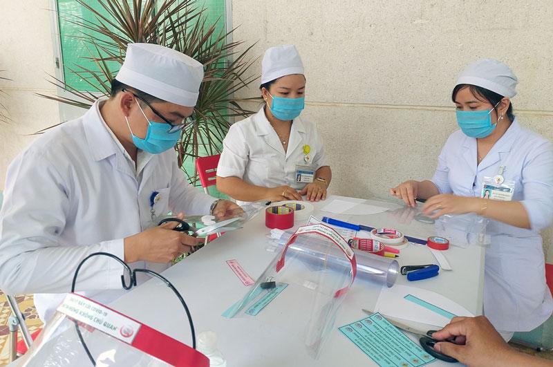 Y bác sĩ Bệnh viện Y học cổ truyền tỉnh Bến Tre làm mặt nạ phòng dịch.