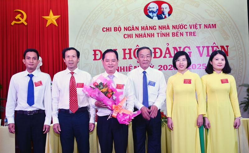 Bí thư Đảng ủy Khối Cơ quan - Doanh nghiệp Võ Văn Kiệt tặng hoa chúc mừng Chi ủy mới.