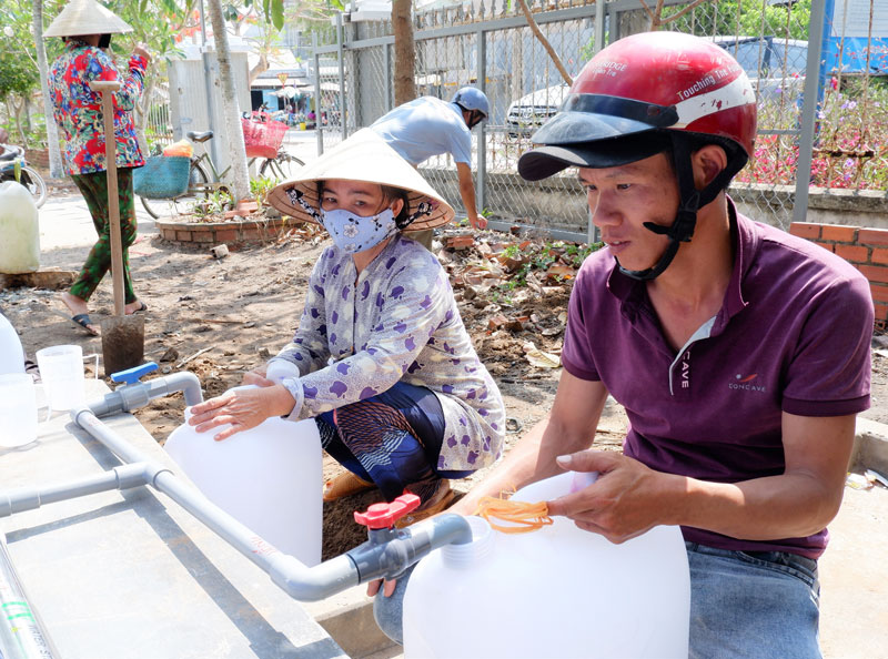 Người dân đến lấy nước ngọt miễn phí. Ảnh: Minh Mừng