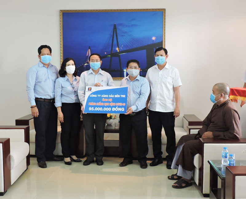 Đại diện Ban giám đốc Công ty xăng dầu tỉnh trao bảng tượng trưng cho đại diện Ủy ban MTTQ Việt Nam tỉnh. Ảnh: P. Tuyết