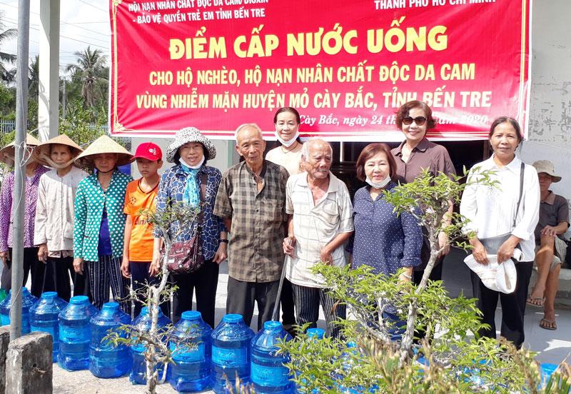 Người dân 3 xã Tân Bình, Tân Thành Bình, Khánh Thạnh Tân được tặng nước uống. Ảnh: Nguyễn Hiệp