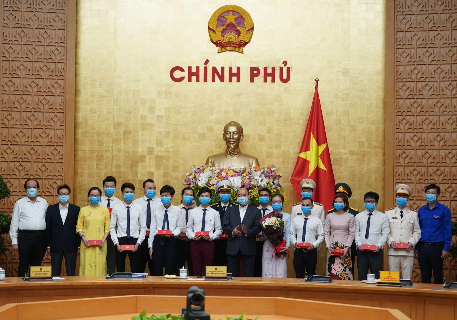 Thủ tướng tặng quà cho các gương mặt trẻ tiêu biểu. Ảnh: VGP/Quang Hiếu