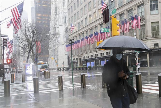 Người dân đeo khẩu trang để phòng tránh lây nhiễm COVID-19 tại New York, Mỹ, ngày 23-3-2020. Ảnh: THX/TTXVN