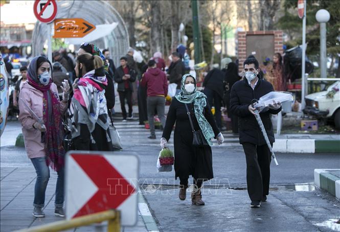 Người dân đeo khẩu trang phòng lây nhiễm COVID-19 tại Tehran, Iran. Ảnh:THX/TTXVN