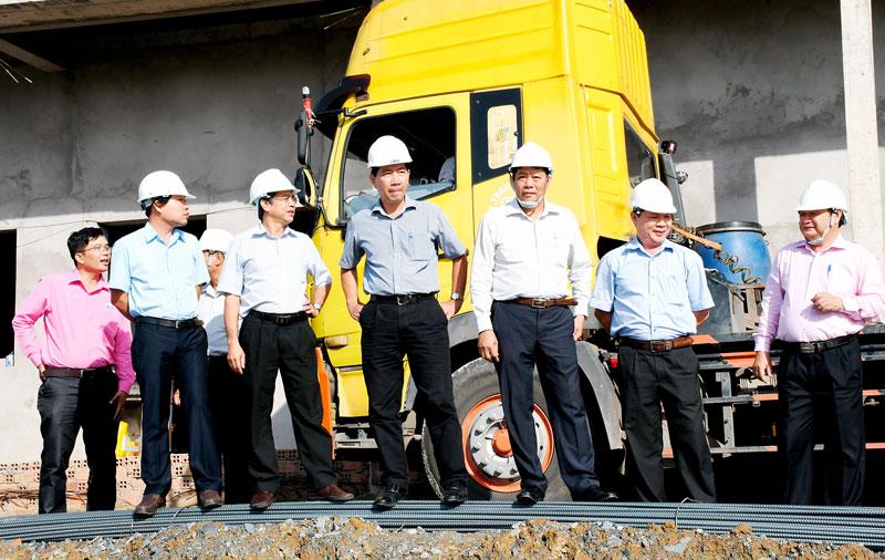 Đoàn khảo sát tỉnh tại Cụm công nghiệp Long Phước, xã An Phước, huyện Châu Thành. Ảnh: H.Hiệp