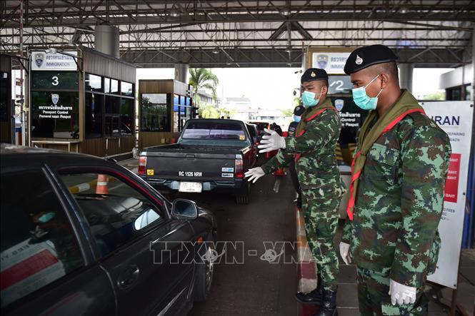 Lực lượng biên phòng Thái Lan làm nhiệm vụ tại trạm kiểm soát ở tỉnh Narathiwat, giáp giới với Malaysia ngày 15-3-2020. Ảnh: AFP/TTXVN