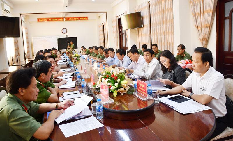 Đoàn làm việc của tỉnh góp ý với Đảng ủy Công an tỉnh về công tác chuẩn bị Đại hội Đảng (tháng 2-2020). Ảnh: Hữu Hiệp