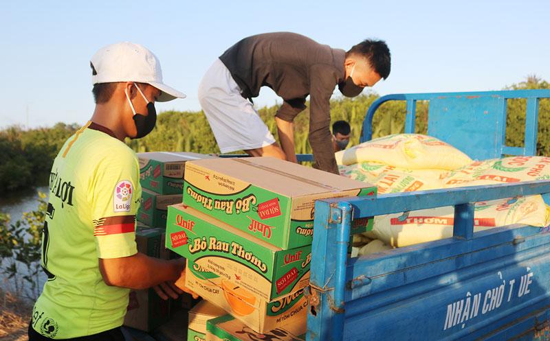 Ban tiếp nhận, phân phát hàng hóa nhu yếu phẩm tại ấp Thừa Lợi vận chuyển hàng hóa hỗ trợ đến cho người dân trong khu cách ly.