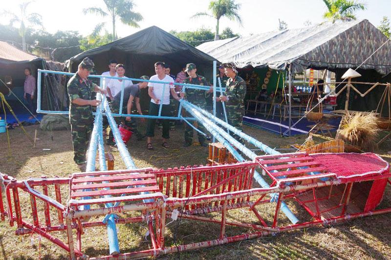 """Đoàn viên, thanh niên lực lượng vũ trang tỉnh thực hiện kỹ năng dựng lều trại tại Hội trại """"Xuân nghĩa tình - Tết biển đảo"""" do Quân khu tổ chức. Ảnh: Đặng Thạch"""
