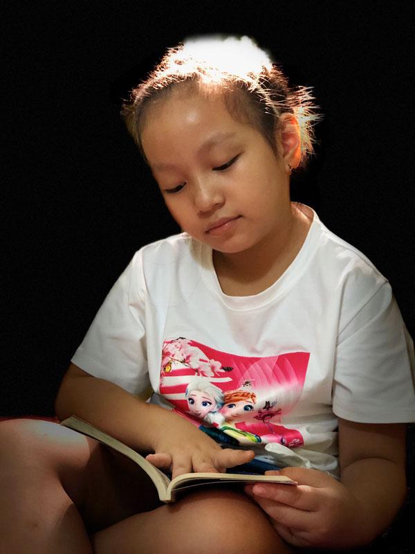Khuyến khích bé đọc sách, truyện phù hợp với lứa tuổi. Ảnh: PV