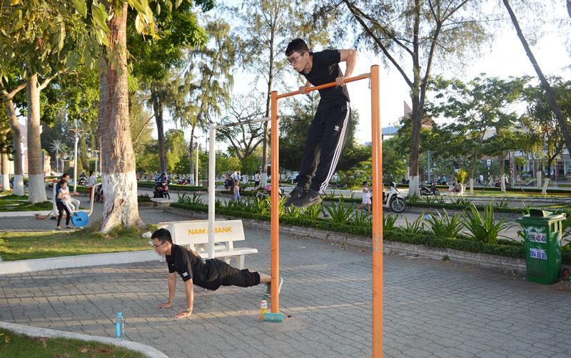 Các bạn trẻ tập luyện với dụng cụ thể thao ngoài trời tại công viên Đồng Khởi. Ảnh: Ánh Nguyệt