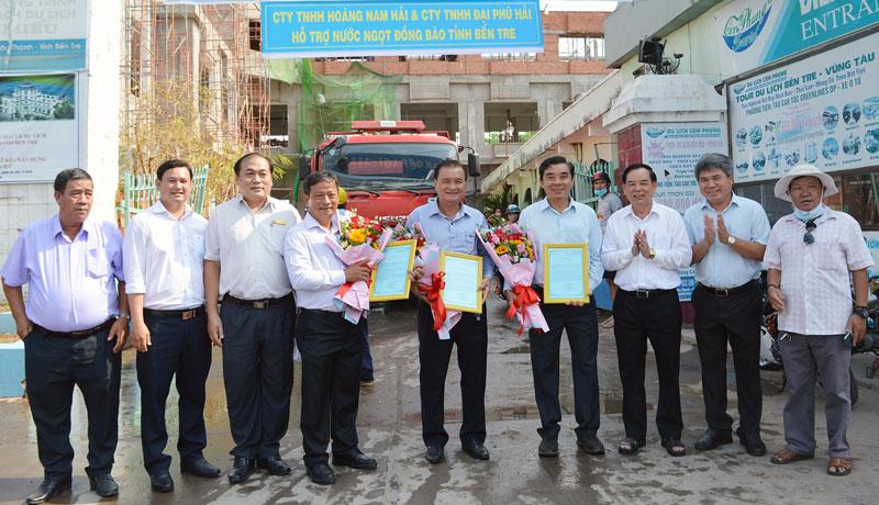 Phó bí thư Thường trực Tỉnh ủy Trần Ngọc Tam (thứ 2, phải sang) tặng hoa cho đại diện các nhà tài trợ. Ảnh: Ánh Nguyệt