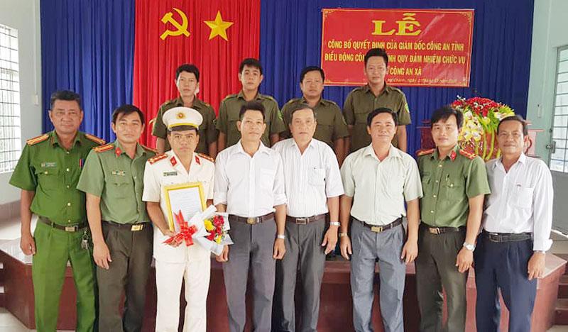 Lãnh đạo công an huyện Ba Tri và xã Mỹ Chánh tặng hoa chúc mừng đại úy Nguyễn Thanh Tùng.