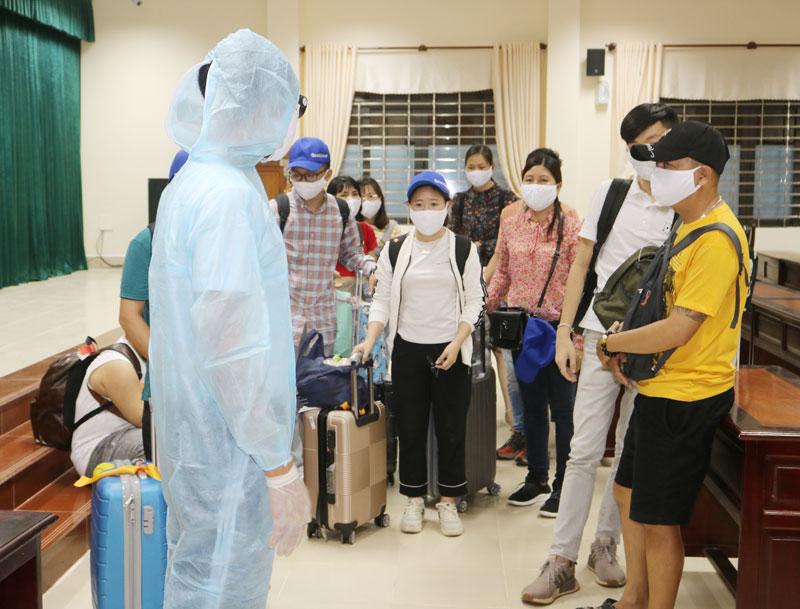 Các công dân trong ngày đầu tiên đến cách ly tại Trường Quân sự tỉnh.