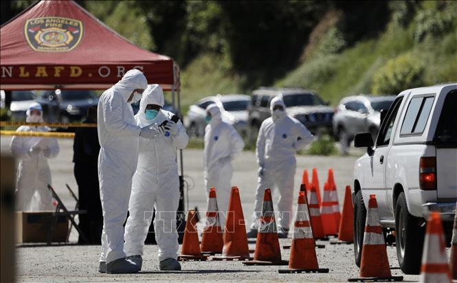 Nhân viên y tế kiểm tra các lái xe tại công viên Elysian, Los Angeles, Mỹ ngày 27-3-2020. Ảnh: THX/TTXVN