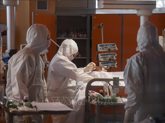 Bệnh nhân nhiễm COVID-19 được điều trị tại Istituto Clinico Casalpalocco ở Rome, Italy ngày 25-3-2020. Ảnh: THX/TTXVN