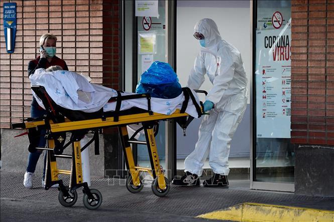 Nhân viên y tế chuyển bệnh nhân nhiễm COVID-19 vào bệnh viện Severo Ochoa ở Leganes, Tây Ban Nha ngày 26-3-2020. Ảnh: AFP/TTXVN