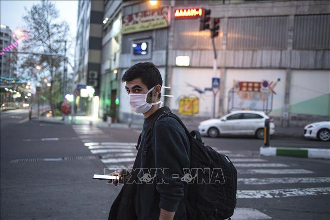 Người dân đeo khẩu trang tại Tehran, Iran ngày 25-3-2020. Ảnh: THX/TTXVN