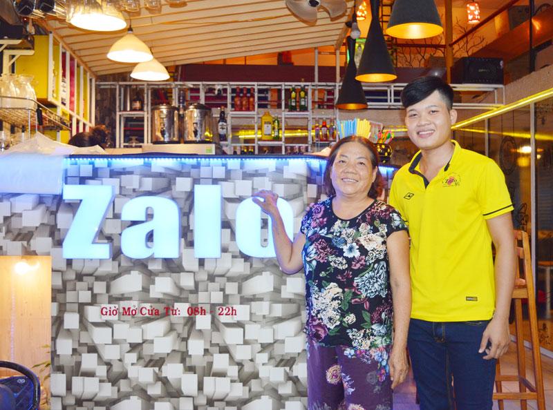 Bà Kim Loan - chủ nhà (trái) và anh Dương Tấn Tài tại tiệm Trà sữa của anh thuê.