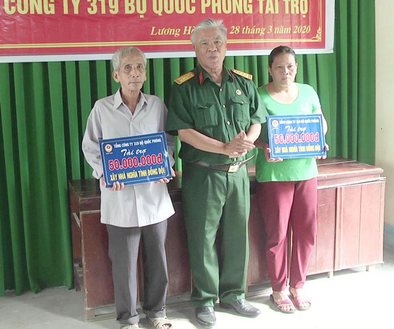 Ông Trần Quốc Việt, trao bảng tượng trưng cho các gia đình