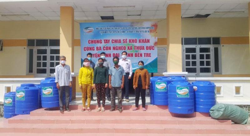 Lãnh đạo chi nhánh Viettel tặng bồn trữ nước cho người dân.