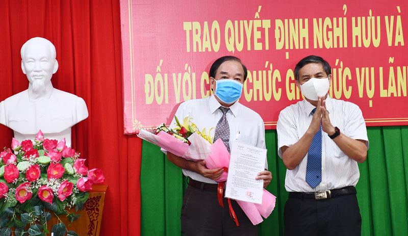 Chủ tịch UBND tỉnh trao Quyết định về hưu đối với ông Lê Văn Hoàng.