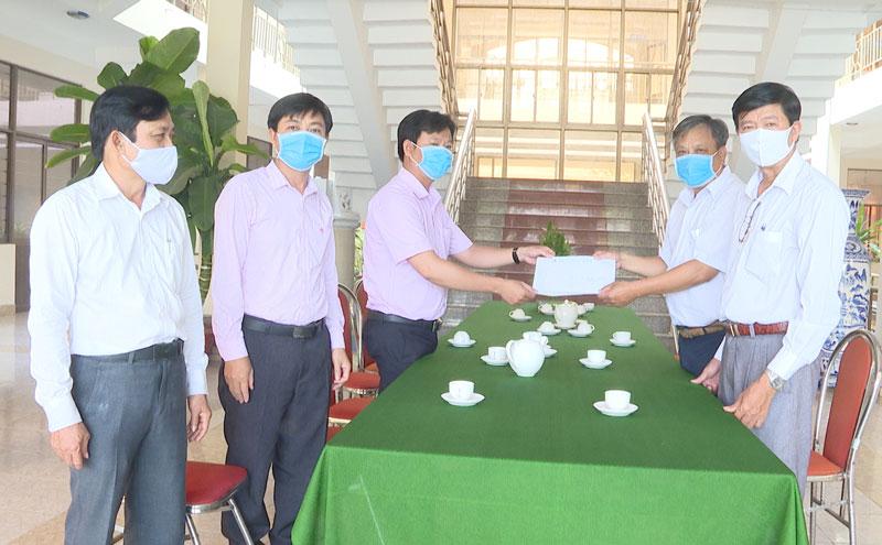 Đại diện Ngân hàng Chính sách xã hội trao tiền ủng hộ phòng chống dịch bệnh Covid-19. Ảnh: Minh Mừng