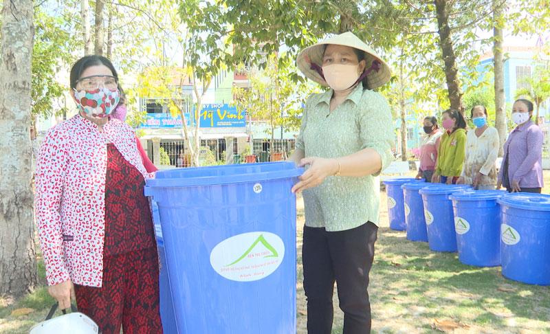 Trao thùng chứa nước cho hội viên phụ nữ tại thị trấn Thạnh Phú. Ảnh: Minh Mừng