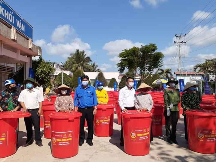 Trao bồn chứa nước ở An Thuận. Ảnh: Văn Minh