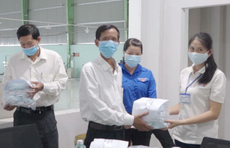 Đại diện Công ty A.P.D trao tặng khẩu trang vải kháng khuẩn cho các công đoàn cơ sở các xã, thị trấn. Ảnh: Việt Cường