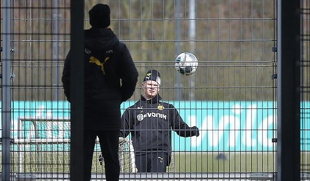 Haaland và đồng đội ở Dortmund tập riêng dưới sự giám sát của Ban huấn luyện