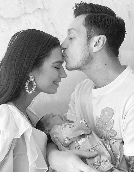 Ozil ăn mừng sự chào đời của con gái