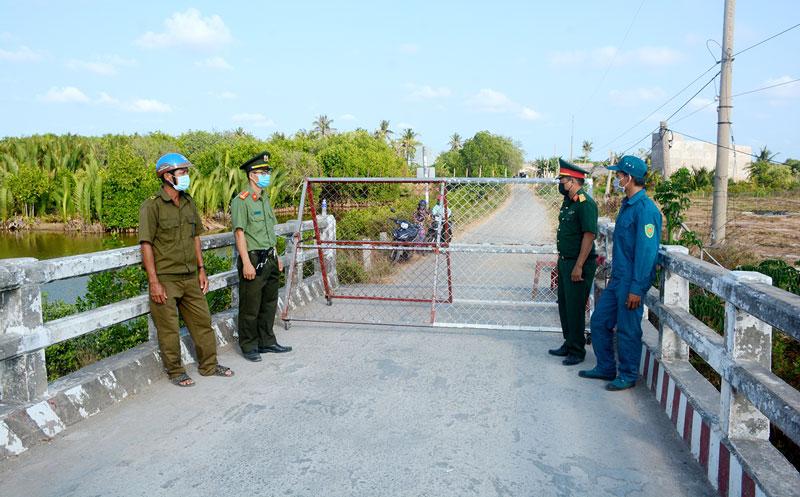 Cán bộ Công an huyện Bình Đại tham gia đảm bảo an ninh trật tự tại khu vực cách ly ấp Thừa Lợi, xã Thừa Đức.