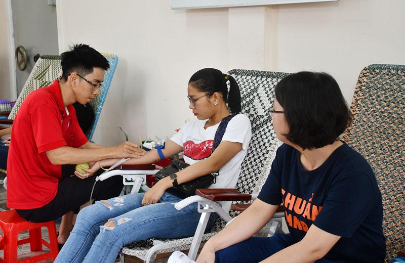 Cán bộ, viên chức ngành ngân hàng tích cực tham gia hiến máu tình nguyện. Ảnh: H.Hiệp