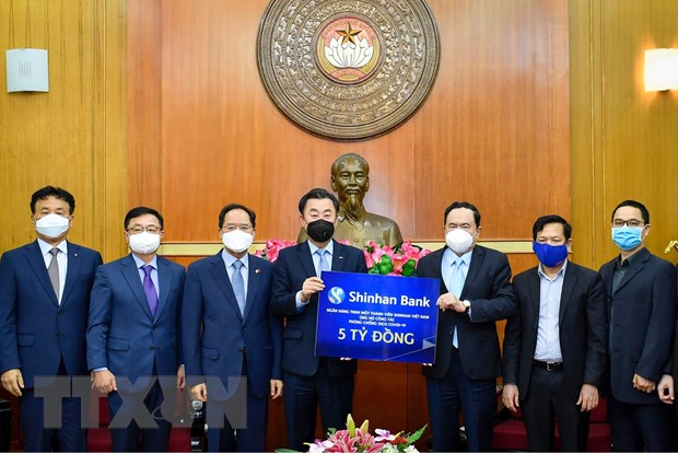 Ông Trần Thanh Mẫn tiếp nhận sự ủng hộ của Ngân hàng Shinhan Bank. (Ảnh: Dương Giang/TTXVN)