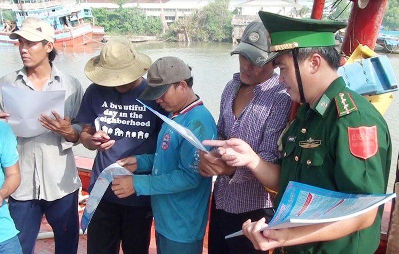 Lực lượng BĐBP tỉnh tuyên truyền ngư dân đánh bắt thủy sản không vi phạm vùng biển nước ngoài. Ảnh: Biên Cương
