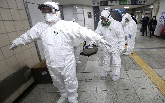Mỹ đang thiếu các thiết bị bảo hộ y tế như thế này khi đối đầu với Covid-19. Ảnh: AP