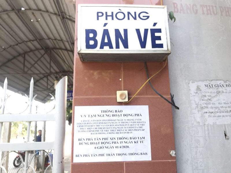 Bến phà Tân Phú thông báo tạm ngừng hoạt động từ ngày 1 đến 15-4-2020. Ảnh: Thu Hiền