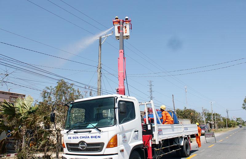 Nâng cấp thiết bị, rửa sứ Hotline nhằm giải quyết nhanh các sự cố về điện. Ảnh: Hoàng Mai