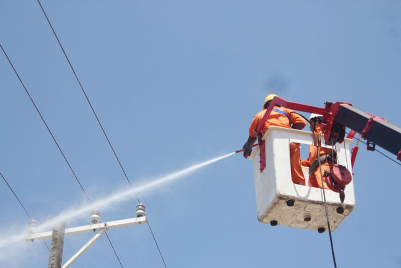 Ngành điện đầu tư trang thiết bị rửa sứ Hotline trong mùa hạn mặn. Ảnh: Hoàng Mai