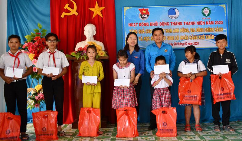 Trao học bổng cho học sinh tại xã Thạnh Hải, huyện Thạnh Phú.
