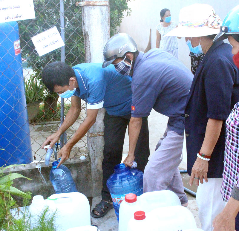 Người dân tới nhận nước ngọt tại điểm cấp nước của gia đình Trung úy Quân nhân chuyên nghiệp Trần Văn Hồng.