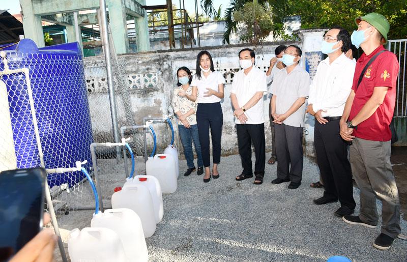 Phó bí thư Thường trực Tỉnh ủy Trần Ngọc Tam tại buổi trao máy lọc nước.