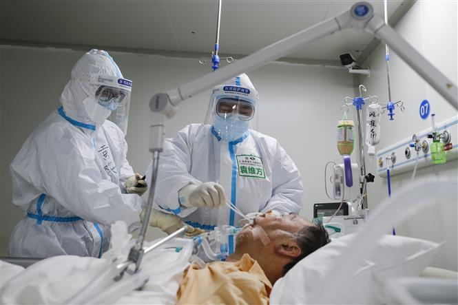 Nhân viên y tế điều trị cho bệnh nhân nhiễm COVID-19 tại bệnh viện ở Vũ Hán, Trung Quốc, ngày 1-4-2020. Ảnh: THX/ TTXVN