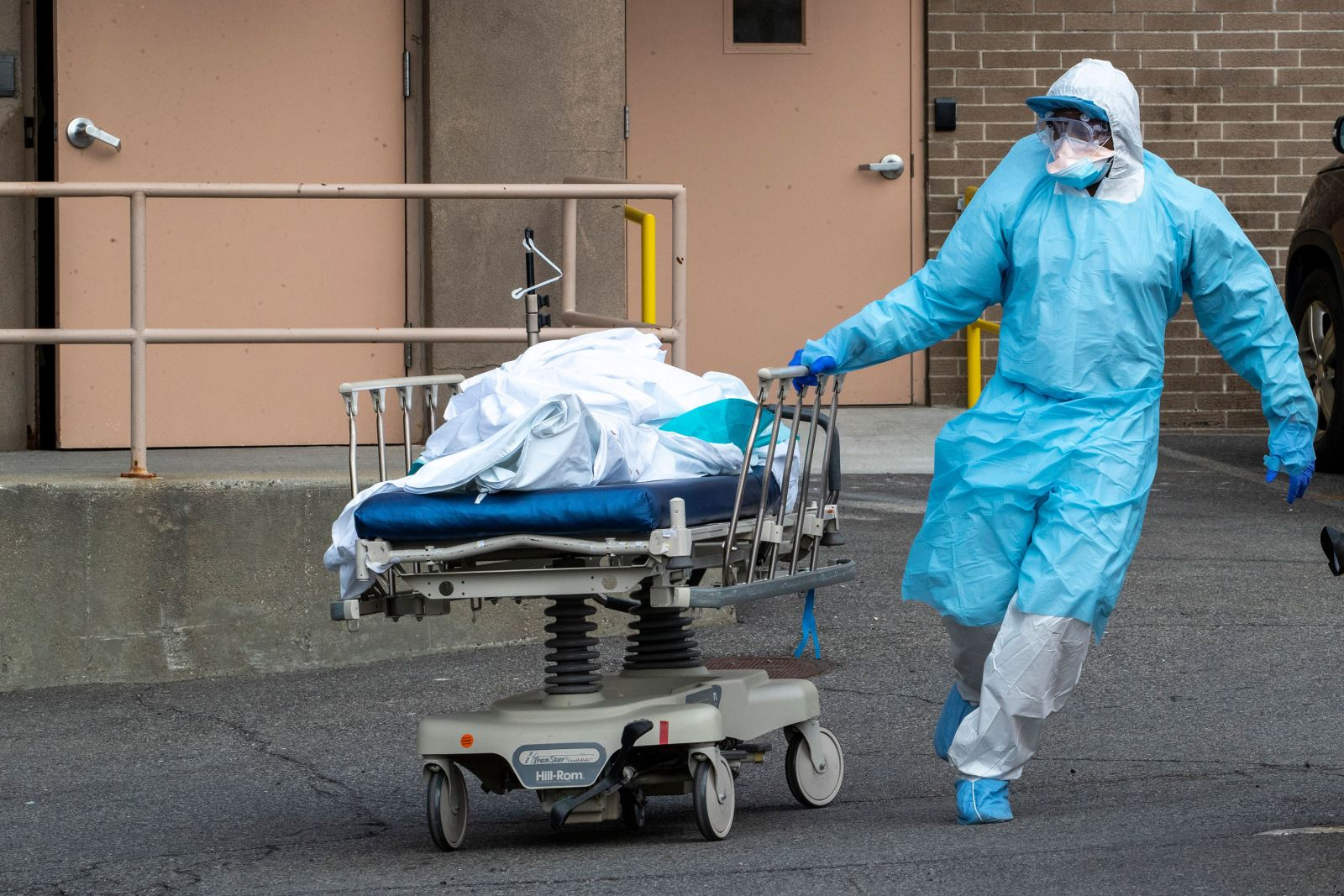 Nhân viên y tế di chuyển một thi thể tới container lạnh bên ngoài Trung tâm y tế Wyckoff Heights ở Brooklyn, New York, hôm 2-4-2020. Ảnh: AP