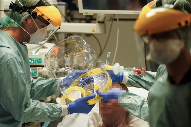 Nhân viên y tế điều trị cho bệnh nhân mắc COVID-19 tại một bệnh viện ở Brussels, Bỉ ngày 27-3-2020. Ảnh: AFP/TTXVN