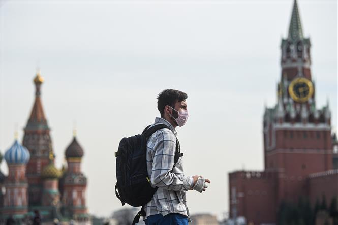 Người dân đeo khẩu trang để phòng tránh lây nhiễm COVID-19 tại Moskva, Nga, ngày 27-3-2020. Ảnh: THX/ TTXVN