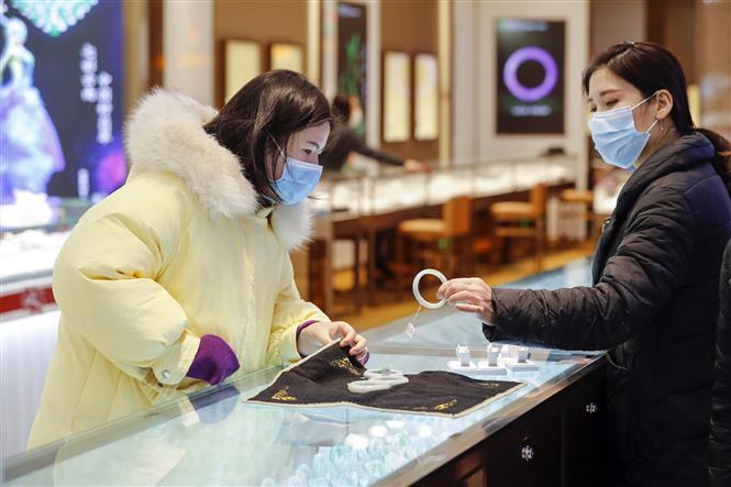Một cửa hàng bán đồ trang sức ở Vũ Hán, Trung Quốc ngày 30-3-2020. Ảnh: THX/TTXVN