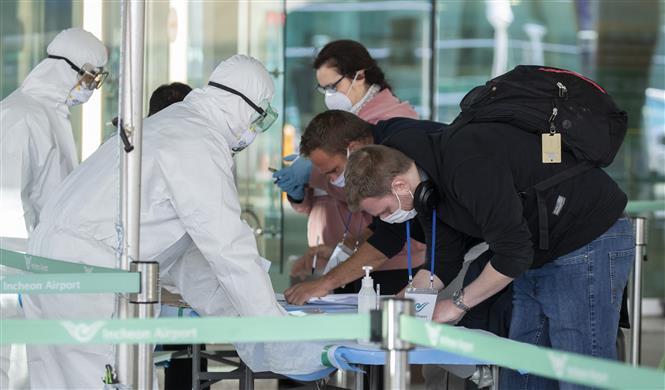 Hành khách khai báo y tế tại sân bay quốc tế Incheon, Hàn Quốc, ngày 27-3-2020 trong bối cảnh dịch COVID-19 lan rộng. Ảnh: THX/ TTXVN