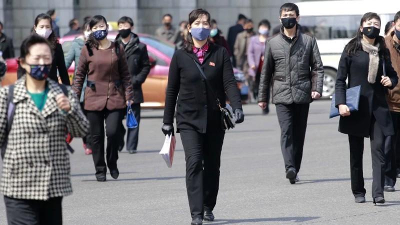 Người dân Triều Tiên đeo khẩu trang khi đi ra ngoài để ngăn ngừa dịch Covid-19. Ảnh: AP